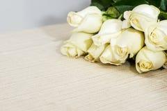 Ramalhete da rosa do branco em uma tabela foto de stock royalty free