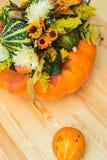Ramalhete das abóboras, das flores e das folhas fotografia de stock royalty free