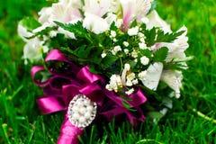 Ramalhete das alianças de casamento das rosas Imagem de Stock Royalty Free