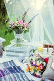 Ramalhete das flores ao estilo do boho em um vaso de vidro na natureza imagem de stock royalty free
