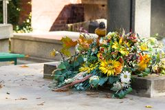 Ramalhete das flores artificiais na sepultura fotografia de stock
