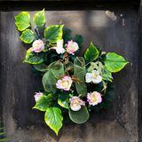 Ramalhete das flores artificiais na sepultura fotos de stock