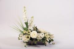 Ramalhete das flores artificiais no vaso no branco Fotos de Stock