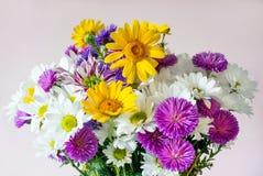 Ramalhete das flores bonitas no fundo cor-de-rosa foto de stock
