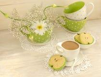 Ramalhete das flores brancas, do cacau do copo com leite e de cookies pomiformes Imagem de Stock Royalty Free
