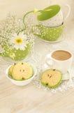 Ramalhete das flores brancas, do café do copo com leite e de cookies pomiformes Imagens de Stock Royalty Free