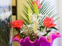 ramalhete das flores com um lírio cor-de-rosa e branco cor-de-rosa Foto de Stock Royalty Free