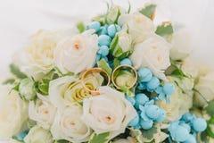 Ramalhete das flores E Ramalhete nupcial Floristics Anéis de casamento imagens de stock