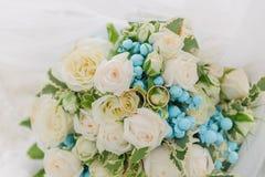 Ramalhete das flores E Ramalhete nupcial Floristics Anéis de casamento foto de stock