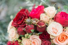 Ramalhete das flores E Ramalhete nupcial Floristics Anéis de casamento fotos de stock royalty free