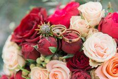 Ramalhete das flores E Ramalhete nupcial Floristics Anéis de casamento imagem de stock royalty free