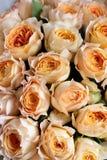 Ramalhete das flores em um pé no interior do restaurante para uma loja da celebração floristry ou o salão de beleza do casamento imagem de stock