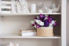 Ramalhete das flores em uma caixa e em um livro Fotografia de Stock Royalty Free