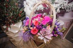 Ramalhete das flores na cesta Imagem de Stock Royalty Free