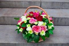 Ramalhete das flores na cesta Fotos de Stock Royalty Free