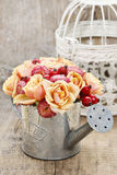 Ramalhete das flores na lata molhando de prata Fotos de Stock Royalty Free