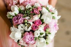 ramalhete das flores nas m?os da noiva foto de stock royalty free