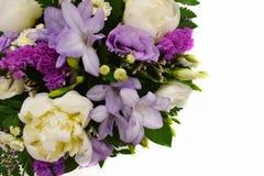 Ramalhete das flores no fundo branco com lugar da cópia imagens de stock royalty free