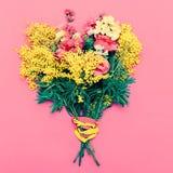 Ramalhete das flores no fundo cor-de-rosa Imagens de Stock