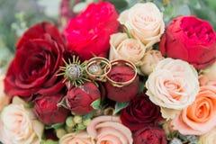 Ramalhete das flores O bride& x27; ramalhete de s Ramalhete nupcial Floristics Anéis de casamento fotos de stock royalty free