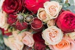 Ramalhete das flores O bride& x27; ramalhete de s Ramalhete nupcial Floristics Anéis de casamento foto de stock royalty free