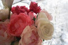 Ramalhete das peônias brancas e cor-de-rosa Textura clara da flor Fundo da neve imagens de stock royalty free