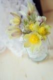 Ramalhete das prímulas no vaso redondo com a colar de papel da pérola do cartão e das mulheres Foto de Stock