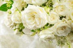 Ramalhete das rosas brancas em um pano imagens de stock