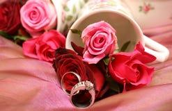 Ramalhete das rosas com anéis de casamento fotografia de stock royalty free