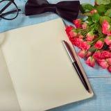 Ramalhete das rosas com presente Fotos de Stock