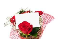 Ramalhete das rosas e cartão de papel Foto de Stock Royalty Free