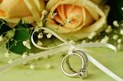 Ramalhete das rosas e das alianças de casamento Imagem de Stock Royalty Free