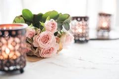 Ramalhete das rosas e das velas imagem de stock