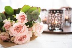 Ramalhete das rosas e das velas imagens de stock royalty free