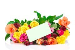 Ramalhete das rosas e de um cartão Foto de Stock Royalty Free