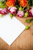 Ramalhete das rosas e do cartão branco imagens de stock