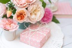 Ramalhete das rosas e do presente imagem de stock