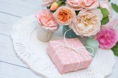 Ramalhete das rosas e do presente Foto de Stock Royalty Free