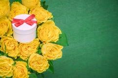 Ramalhete das rosas e uma caixa de presente imagem de stock