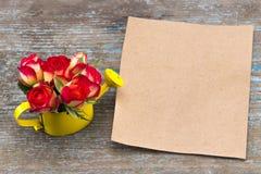 Ramalhete das rosas na lata molhando, na folha de papel do vintage, e no pe fotografia de stock royalty free