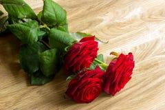 Ramalhete das rosas na mesa de madeira Imagem de Stock Royalty Free