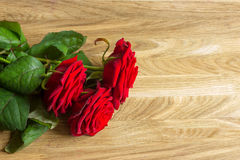 Ramalhete das rosas na mesa de madeira Fotografia de Stock