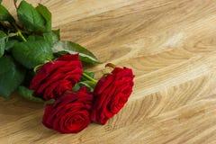 Ramalhete das rosas na mesa de madeira imagens de stock