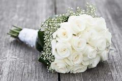 Ramalhete das rosas na tabela imagens de stock royalty free