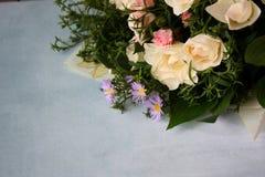 Ramalhete das rosas no fundo azul Foto de Stock Royalty Free