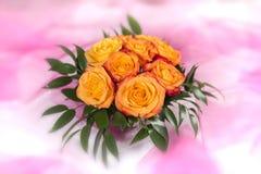 Ramalhete das rosas no fundo branco-cor-de-rosa Fotografia de Stock Royalty Free