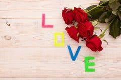 Ramalhete das rosas no fundo de madeira branco Fotografia de Stock Royalty Free