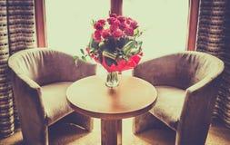 Ramalhete das rosas vermelhas em uma tabela Imagem de Stock Royalty Free