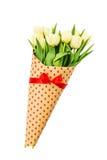 Ramalhete das tulipas amarelas da mola envolvidas no papel com corações Isolado sobre o branco Fotografia de Stock Royalty Free