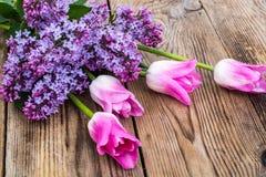 Ramalhete das tulipas com o lilás no fundo de madeira Imagens de Stock Royalty Free